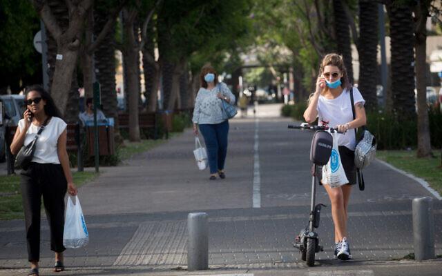 People in Tel Aviv on June 9, 2020 (Miriam Alster/Flash90)