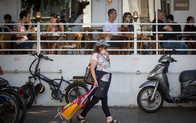 Israelis, some wearing protective face masks and some not, in Tel Aviv on June 9, 2020 (Miriam Alster/Flash90)