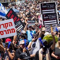 Some 5,000 Israelis from the culture and arts industry protested outside the Ministry of Finance in Jerusalem, calling for financial support from the Israeli government on June 15, 2020 (Yonatan Sindel/Flash90)