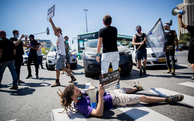 Israelis from the culture and arts industry clash with police during a protest outside the Finance Ministry in Jerusalem on June 15, 2020 (Yonatan Sindel/Flash90)