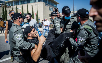 Workers from the culture and art industry clash with police during a protest outside the Finance Ministry in Jerusalem on June 15, 2020. (Yonatan Sindel/Flash90)