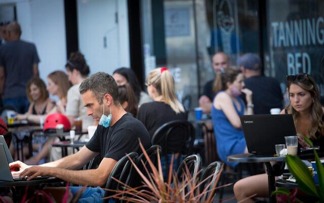 Israelis at a cafe in Tel Aviv on June 16, 2020. (Miriam Alster/Flash90)