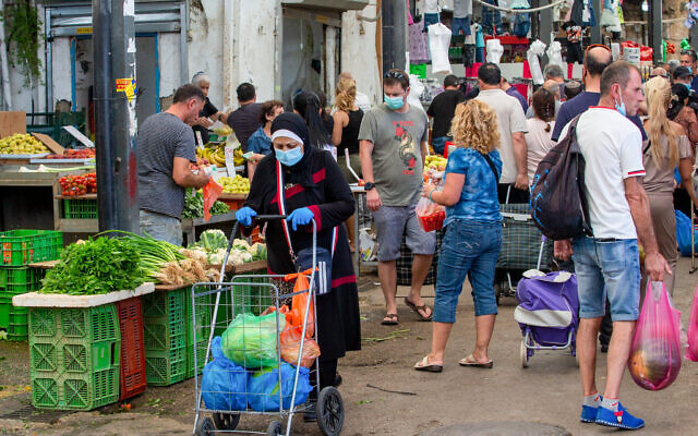 People shop at the market in Ramle on June 19, 2020 (Yossi Aloni/Flash90)