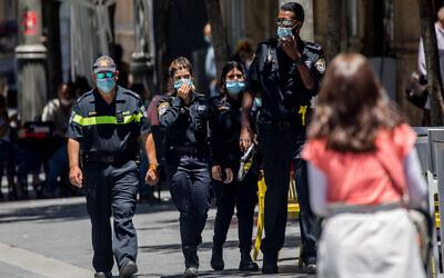 Police officers patrol on Jaffa Street in downtown Jerusalem on June 23, 2020 (Yonatan Sindel/Flash90)