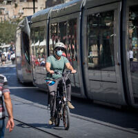 People with face masks on Jaffa Street in downtown Jerusalem on June 24, 2020 (Yonatan Sindel/Flash90)