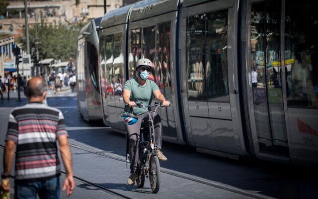 People with face masks on Jaffa Street in downtown Jerusalem on June 24, 2020 (Yonatan Sindel/Flash90)