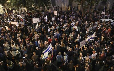 Israelis protest against Prime Minister Benjamin Netanyahu outside his official residence in Jerusalem, June 27, 2020. (Yonatan Sindel/Flash90)