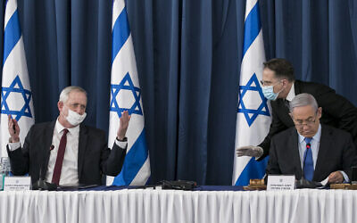 Prime Minister Benjamin Netanyahu (right) and Alternate Prime Minister and Minister of Defense Benny Gantz at the weekly cabinet meeting, at the Ministry of Foreign Affairs in Jerusalem on June 28, 2020. Behind Netanyahu is cabinet secretary Tzahi Braverman (Olivier Fitoussi/Flash90)