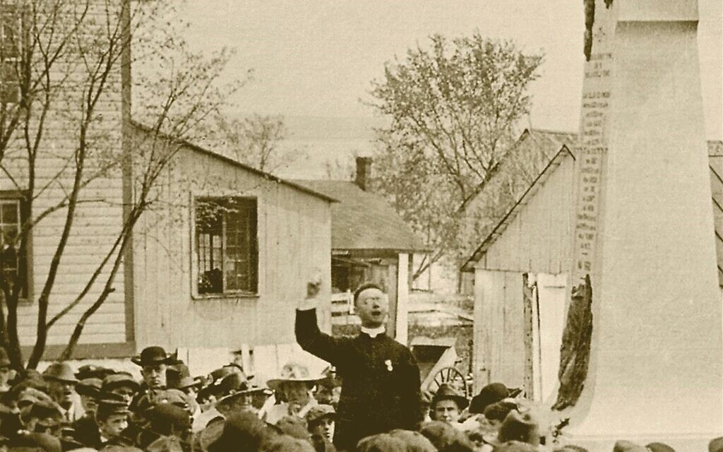 Lionel Groulx speaking before a large crowd, May 24, 1919. (Public domain)