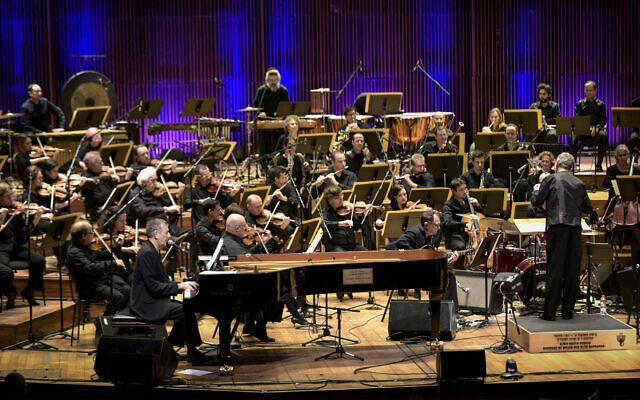 Israeli singer and composer Yoni Rechter performs with the Israeli Philharmonic Orchestra in Tel Aviv, February 7, 2018. (Yossi Zeliger/Flash90)