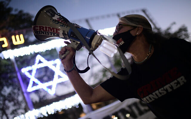 Israelis protest against Prime Minister Benjamin Netanyahu and the so-called Corona Law in Tel Aviv, June 4, 2020. (Tomer Neuberg/Flash90)