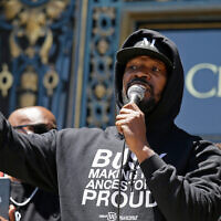 "Jamie Foxx speaks to a large crowd during a ""kneel-in"" to protest police racism on the steps of City Hall in San Francisco, June 1, 2020. (AP/Eric Risberg)"