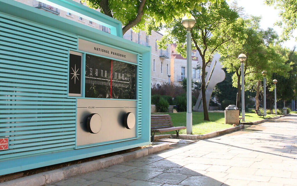 A giant radio visitors can play music on in Jerusalem's Daniel Garden, located on Jaffa Road. (Shmuel Bar-Am)