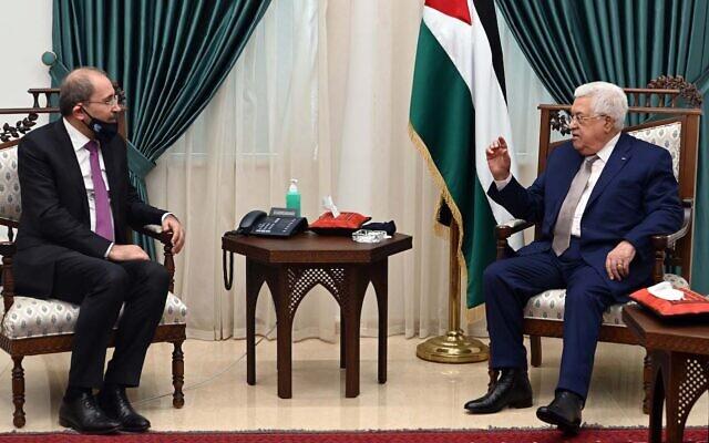 Jordanian Foreign Minister Ayman Safadi (left) meets with Palestinian Authority President Mahmoud Abbas in Ramallah, on June 18, 2020 (Wafa news agency)