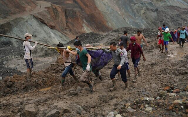 Rescuers recover bodies near a landslide area in a jade mining site in Hpakhant in Kachin state on July 2, 2020 (Zaw Moe Htet / AFP)