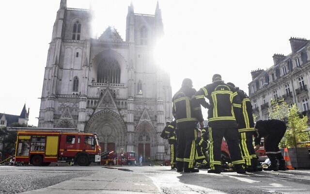 Firefighters work to put out a fire at the Saint-Pierre-et-Saint-Paul cathedral in Nantes, western France, on July 18, 2020 (Sebastien SALOM-GOMIS / AFP)