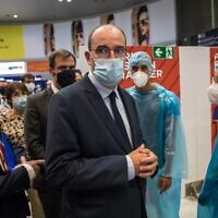 French Prime Minister Jean Castex (C), flanked by Director General of Assistance Publique-Hopitaux de Paris (AP-HP) Martin Hirsch (L) and French Health and Solidarity Minister Olivier Veran (2L) visits a COVID-19 testing unit set up to screen arriving passengers at Roissy-Charles de Gaulle airport on July 24, 2020 (Christophe PETIT TESSON / POOL / AFP)