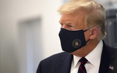 US President Donald Trump wears a mask as he tours a lab at the Bioprocess Innovation Center at Fujifilm Diosynth Biotechnologies in Morrisville, North Carolina, on July 27, 2020. (JIM WATSON / AFP)