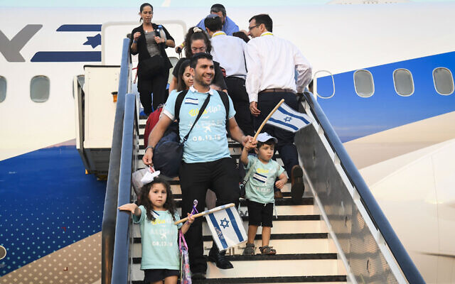 New immigrants from North America arrive on a flight arranged by the Nefesh B'Nefesh organization at Ben Gurion airport in central Israel on August 14, 2019. (Flash90)