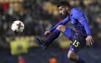 Maccabi Tel Aviv's Dor Micha controls the ball during a Europa League soccer match against Villarreal at the Ceramica stadium in Villarreal, Spain, December 7, 2017. (AP Photo/Alberto Saiz)