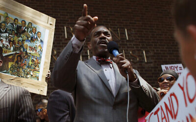 Minister Rodney Muhammad speaks to the crowd during a rally, outside the federal courthouse in Philadelphia, July 20, 2013. (Joseph Kaczmarek/AP)