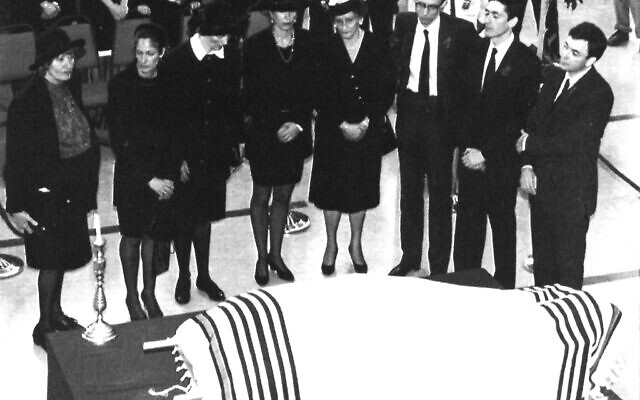 Members of the immediate family of the late Robert Maxwell, including Ghislaine (4L), stand behind the body laying on a stretcher during the funeral service in Jerusalem's main convention hall on Nov. 10, 1991 (AP Photo/Natik Harnik)