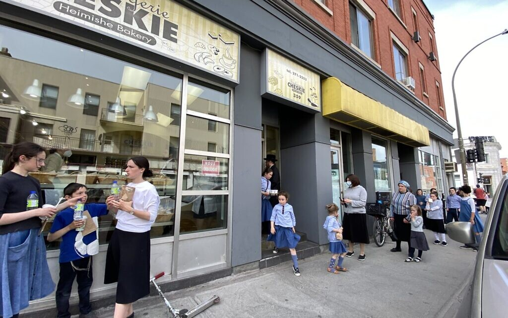 Customers line up outside Cheskies on Bernard Ave in Outremont, Montreal. (Ezra Soiferman/ www.EzraSoiferman.com)