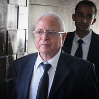 Attorney Yossi Segev arrives at the Tel Aviv District court to represent crime boss Rico Shirazi, on June 19, 2017 (Flash90)