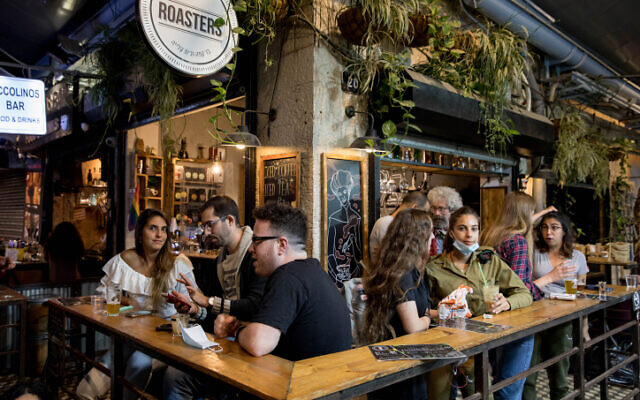 Israelis sit at a bar in Jerusalem, on May 27, 2020.  (Olivier Fitoussi/Flash90)