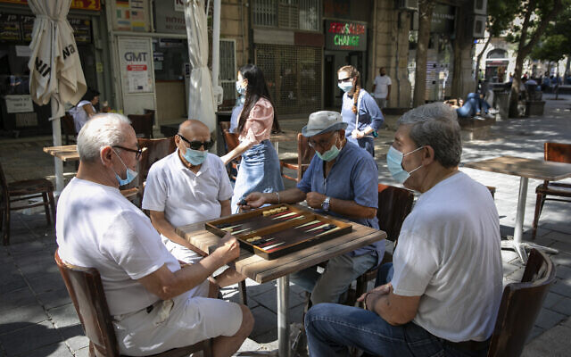 Jerusalem residents play backgammon in the city center on June 30, 2020 (Olivier Fitoussi/Flash90)
