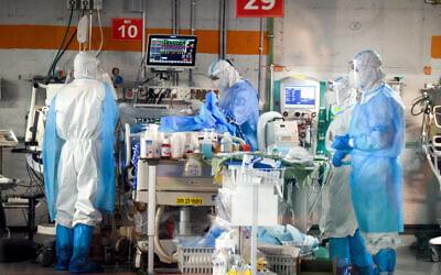 Doctors at the coronavirus isolation ward of Sheba Medical Center, in Ramat Gan, June 30, 2020.  (Yossi Zeliger/Flash90)