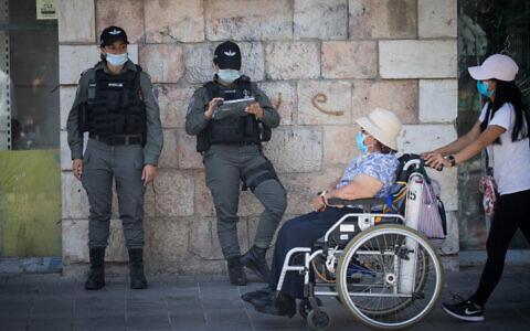 Border police officers in downtown Jerusalem on July 2, 2020. (Yonatan Sindel/Flash90)
