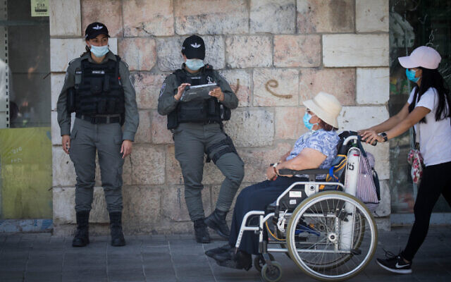Border police officers in downtown Jerusalem on July 2, 2020. (Yonatan Sindel/Flash90)