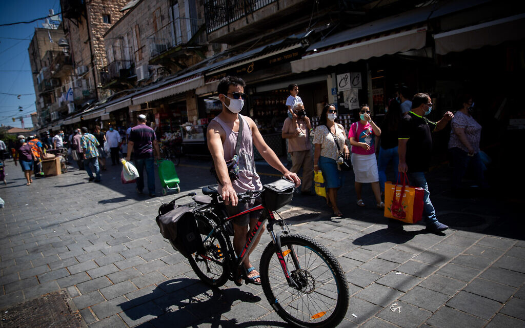 People wearing face masks as they shop at the Mahane Yehuda Market in Jerusalem on July 3, 2020 (Yonatan Sindel/Flash90)