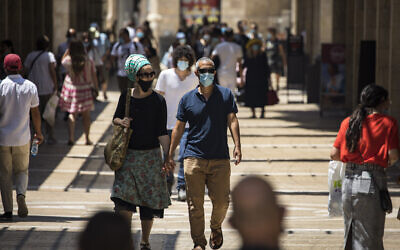 Jerusalemites wearing face masks for fear of the coronavirus at the Mamilla mall in Jerusalem, July 6, 2020. (Olivier Fitoussi/Flash90)