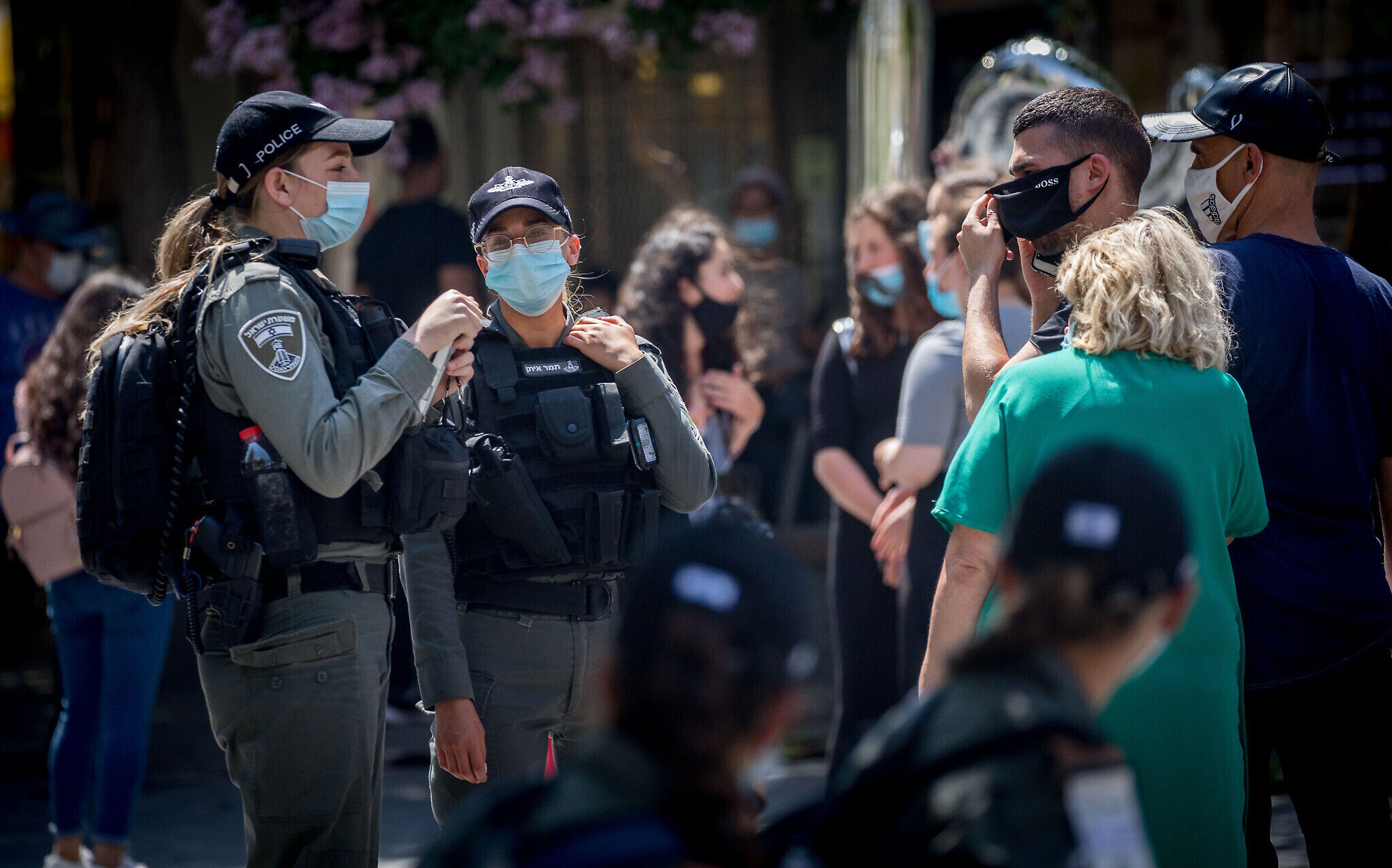 Border police officers check adherence to emergency regulations in Jerusalem, July 6, 2020 (Yonatan Sindel/Flash90)