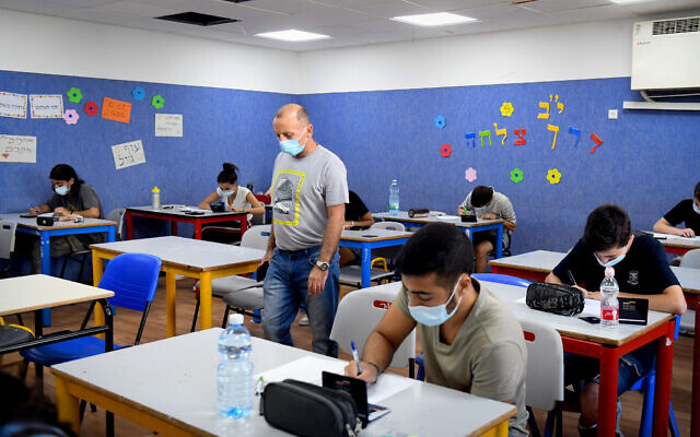Yehud Comprehensive High School students take their mathematics English matriculation examination in Yehud, July 8, 2020. (Yossi Zeliger/Flash90)