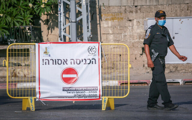 Israeli police at a roadblock in the central city of Ramle, which is under a lockdown due to the high number of COVID-19 infections there, July 10, 2020. (Yossi Aloni/Flash90)