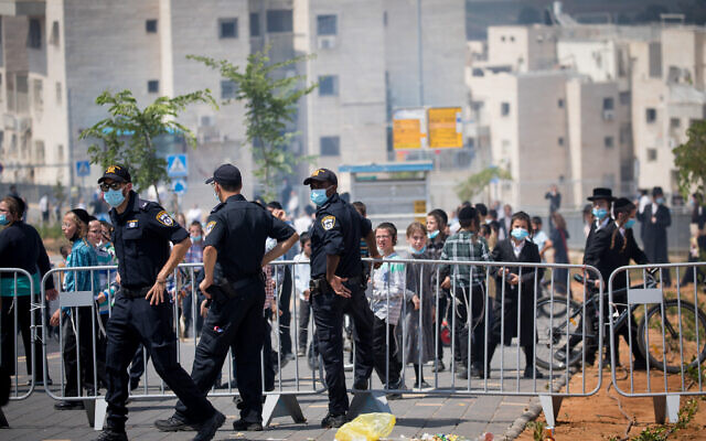 Illustrative: Israeli police at a roadblock in the Hephzibah neighborhood in Beit Shemesh that was under a lockdown in an attempt to prevent the spread of the coronavirus, on July 10, 2020. (Yonatan Sindel/Flash90)