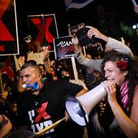 Demonstrators protest against Prime Minister Benjamin Netanyahu outside his official residence in Jerusalem on July 16, 2020. (Olivier Fitoussi/Flash90)