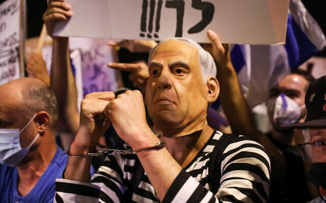 Israelis protest against Prime Minister Benjamin Netanyahu outside his official residence in Jerusalem on July 18, 2020. (Olivier Fitoussi/Flash90)