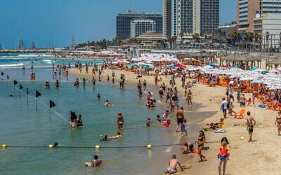Israelis enjoy the beach in Tel Aviv on July 18, 2020 (Yossi Aloni/Flash90)