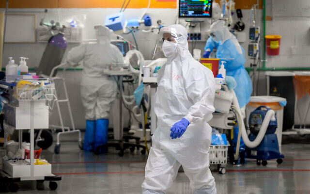 Medical workers in the coronavirus ward at Sheba Medical Center in Ramat Gan, on July 20, 2020. (Yossi Zeliger/Flash90)