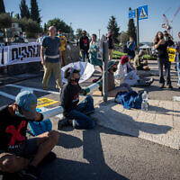 Anti-government protesters attempt to block the entrance to the Knesset in Jerusalem, July 22, 2020. (Yonatan Sindel/Flash90)