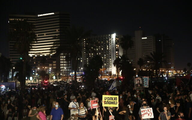 Israeli protesters gathered in Charles Clore Park in Tel Aviv on Saturday July 25, 2020 to protest against PM Benjamin Netanyahu. (Flash90)