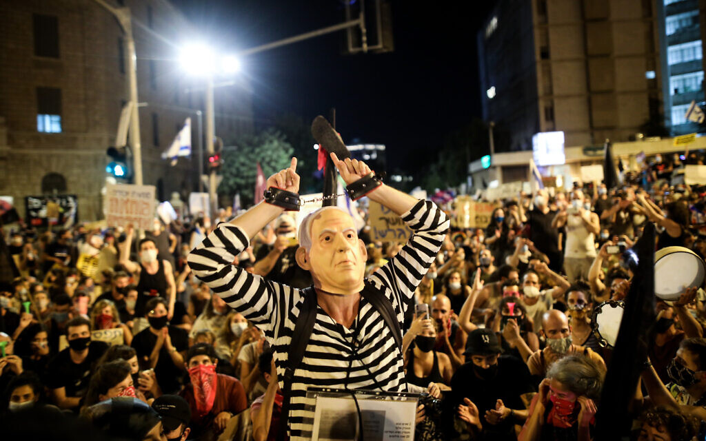Israelis protest against Prime Minister Benjamin Netanyahu outside his official residence in Jerusalem on July 25, 2020. (Olivier Fitoussi/Flash90)