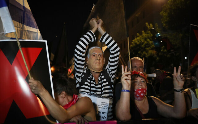 Israelis protest against Prime Minister Benjamin Netanyahu outside his official residence in Jerusalem on July 30, 2020. (Yonatan Sindel/Flash90)