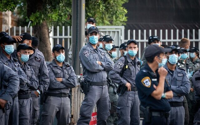 Police officers stand guard during a protest against Prime Minister Benjamin Netanyahu outside the Prime Minister's Residence in Jerusalem on July 17, 2020. (Yonatan Sindel/Flash90)