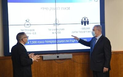 Prime Minister Benjamin Netanyahu (R) discusses his virus stimulus package with Israel Tax Authority Director Aran Yaakov at the Prime Minister's Office in Jerusalem on July 15, 2020. (Amos Ben Gershom/GPO)
