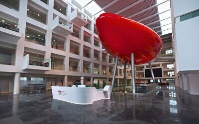 Reception area of Southampton's Solent University (Wikimedia Commons vi JTA)